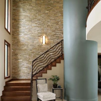 Escaleras con paredes de piedra chalets de lujo - Decorar escaleras interiores ...