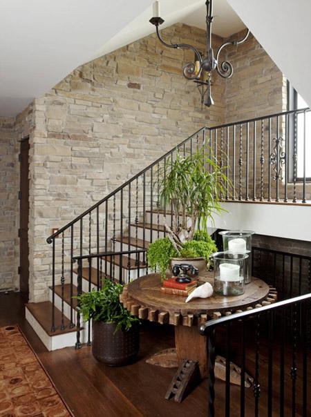 Escaleras con paredes de piedra chalets de lujo - Decoracion paredes escaleras ...